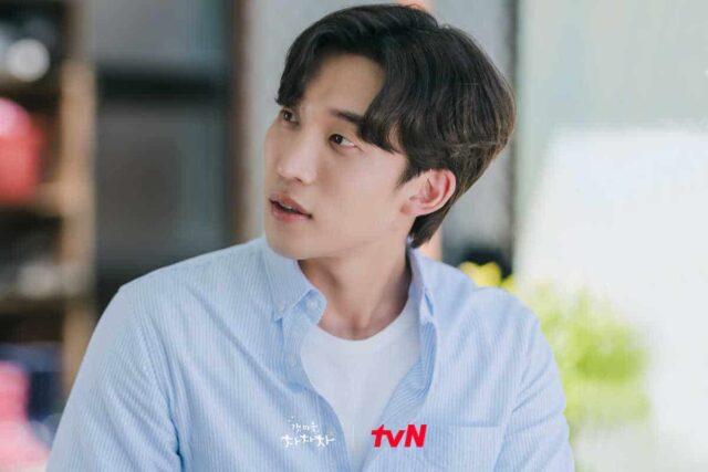 """In """"Hometown Cha-Cha-Cha"""" episode 7, Ji Seong-hyun tries to win the favor of Kim Gam-ri."""